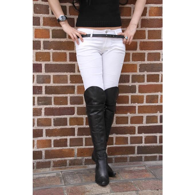 「バイクに乗るからこそ」と、あえてホワイトパンツを履くことが多いという。ブーツにはヒザまで覆うSISLEYのロングブーツを選んだ。