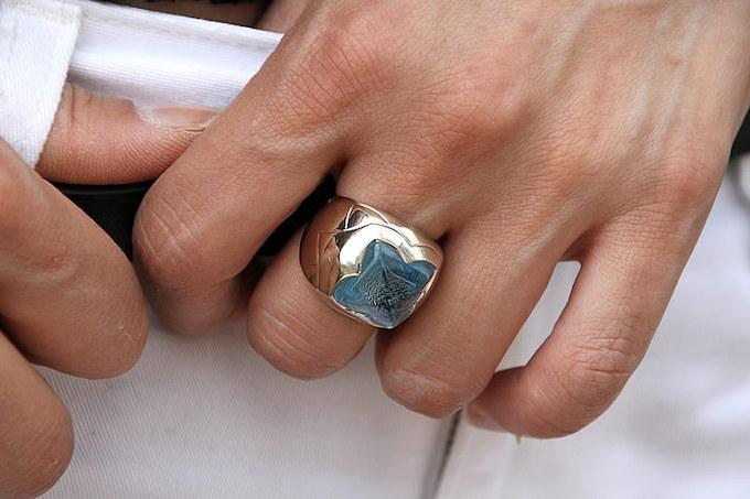 「アクセサリーは特に良いものを」という福山さんらしく、ブルガリのカラーストーンリングを付けている。ダーティなコーディネートにブルーが映える。