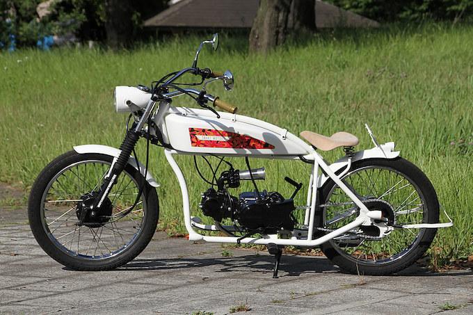 リジッドフレームの原付というK-16にサイケレトロデカールでデコラティブしたユニークなバイク、teke teke。クラッチレスの排気量50ccというモデルで、他に125ccモデルも用意されている。どんなファッションにも映えるレトロ感が大きな魅力だ。