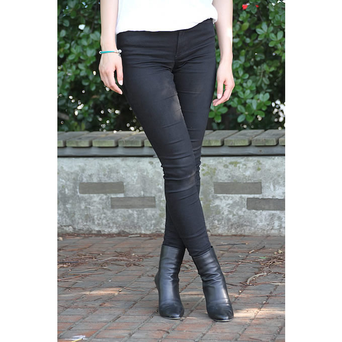 腰下をキュッと引き締めるダークなパンツ&ブーツでまとめる。今度はファッションのバリエーションも増やしていきたいと語る。
