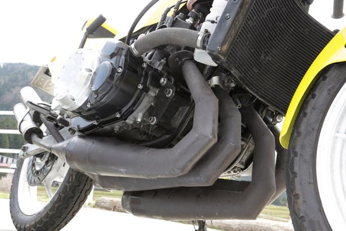 シリンダーから突き出す4本チャンバー!? RZ250R×2=並列4気筒エンジンを自作!!の画像