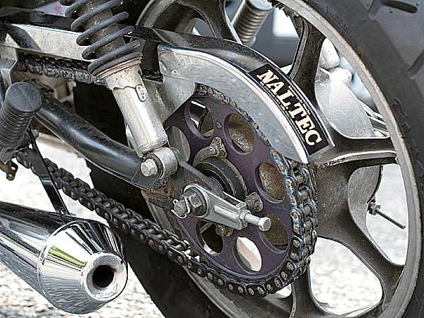 スプロケットは車体色と合わせるためにブラックアルマイト加工。こういったこだわりが全体の完成度を高めている。