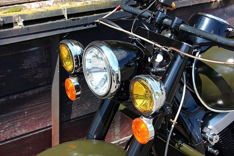 ヘッドライトはストックだが、ハーレーのFLウインカーを装着してフロントマスクをディテイルアップ。重厚なテイストだ。