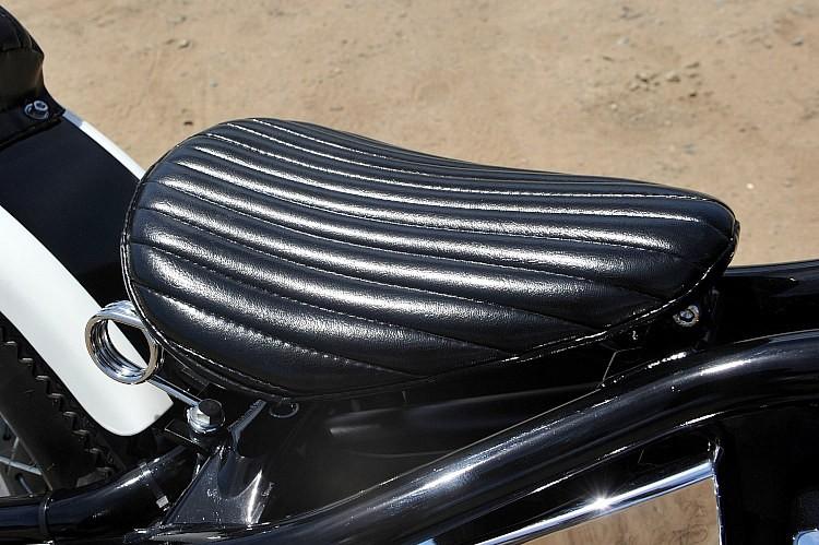 ストレートステッチのみのシンプルなソロシート。スプリング部はコイル式ではなくヘアピン式のものをチョイス。