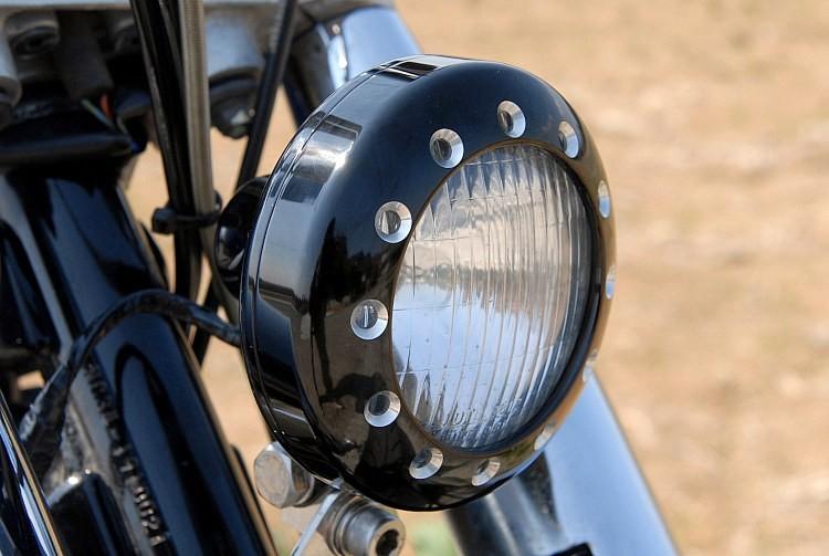 ヘッドライトは近年のニュースクールカスタムにおいてマストポイントのコントラストカットのアイテムを装着。