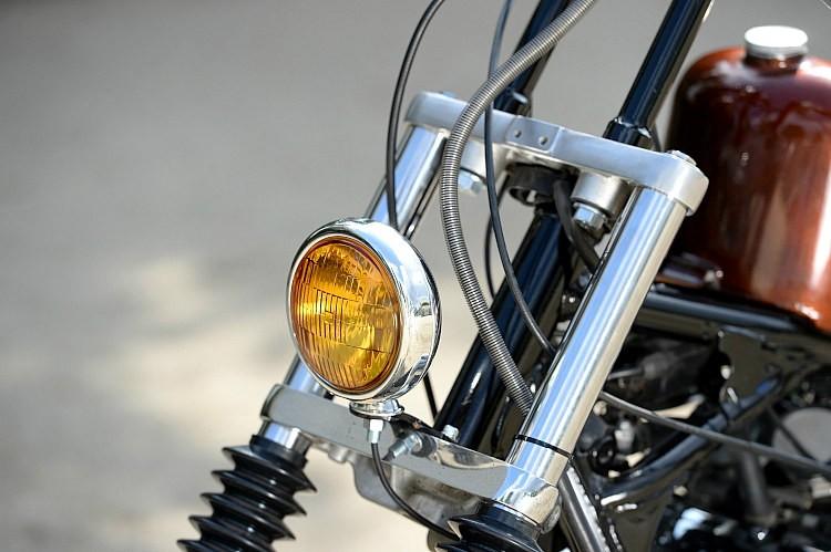 小ぶりなヘッドライトはヴィンテージ物のフォグランプを流用。イエローのレンズがノスタルジーをより高める。