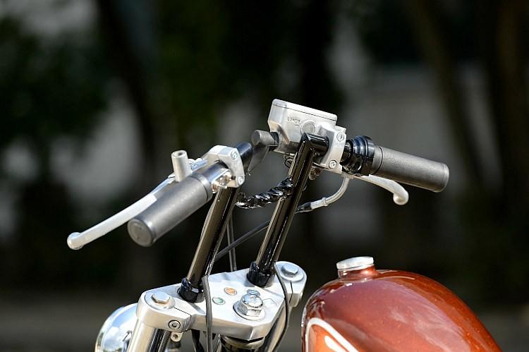 ハンドルはライザー一体型。ストレートアップしながらも、敢えてフリスコとは違うスタイルはやはりこだわりか。