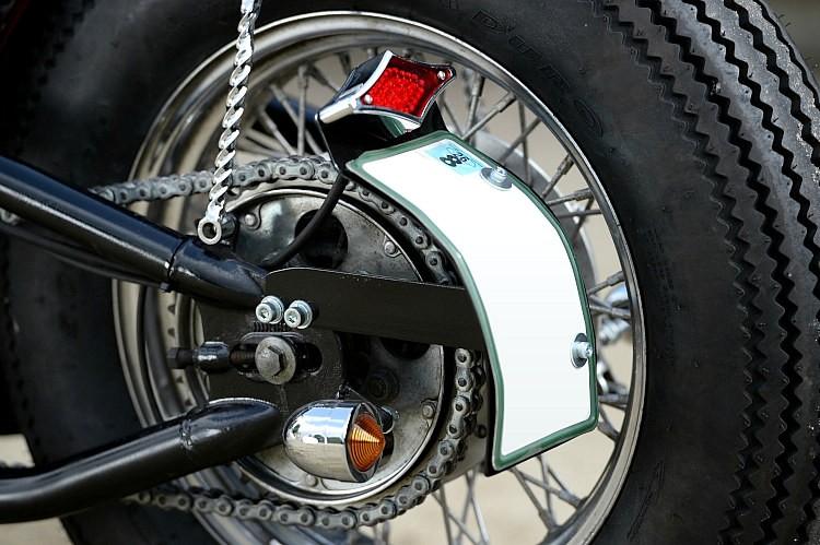 ライセンスプレートは今風のバイクらしくサイドマウント。テールランプはダイヤカット・LEDタイプを装備する。