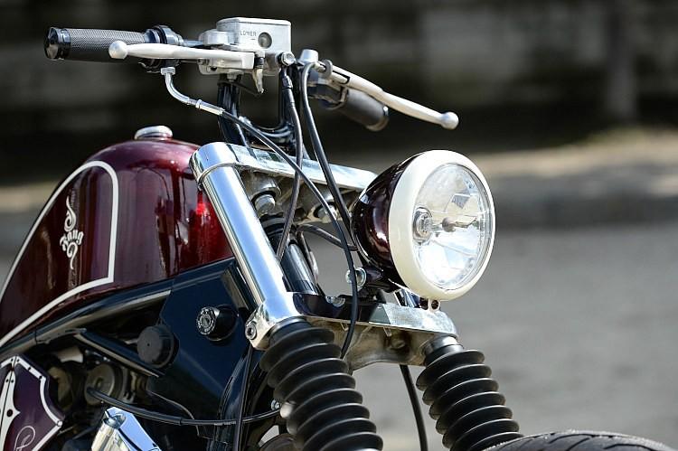 シンプルなベーツタイプヘッドライトだが、ボディを外装パーツと同色に、リムをホワイトとすることで個性をアピール。