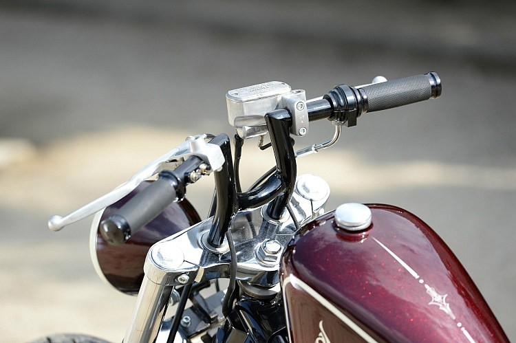 ライザー一体型のハンドルバーはポスト部にアールをつけることでデザイン上のアクセントとなっている。