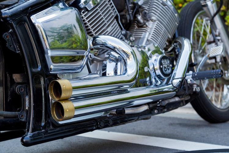 意匠の凝ったデザインのビレットエアクリーナー。タンクと同じくスリットが入っており、車体に統一感を出している。