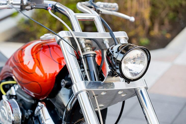 ハンドル周りはハーレー用ビレットグリップ&ハンドコントロールの組み合わせで、すっきりと見せている。