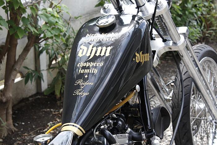 スポーツスタータンクをハイマウントし、ガンメタリックでペイント。表面に描かれたロゴはオーナーが所属するバイクチームのもの。