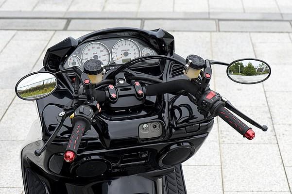 ブラックアウトされたインナーに相性バッチリのハンドルまわり。レッド色のナットキャップ類、グリップエンドが効果的に光る。ブレーキはブレーキタッチに優れるニッシンのタンク別体にアップデート済み。