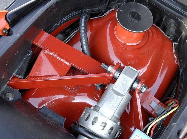 シートオープンで見えるのはガソリンタンクとサス&取り付けフレーム。タンクはチョップせずに移設すれば、給油量を減らすこともない。ちなみに給油口が備わる元の部分には電圧計、各種スイッチ等が収まる。