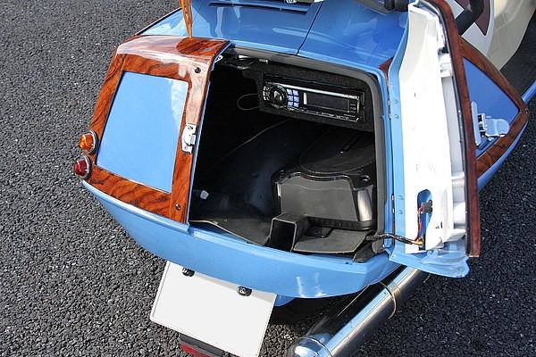 ノーマルのトランクリッドの開閉時は下側が固定され、上が開閉する仕組み。それを観音開きにフルメイク。トランクを観音開きにすると、内部にはオーディオのデッキやウーハーが綺麗にインストールされている。