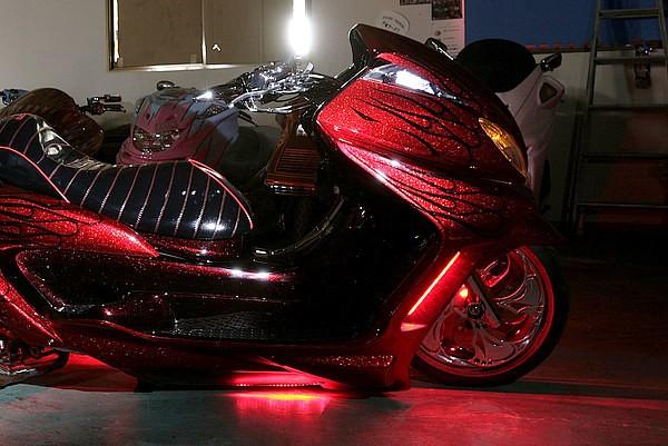 赤のLEDは合計500球。それに加えて白のLEDも500球使用し、明るさとアピール度は申し分ない。ちなみに写真は赤LEDのみ点灯時。さらに白く光るフロントウインカーは、これまた斬新な発光チューブ式。
