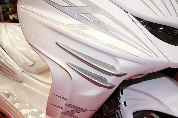 ラグジュアリーフィンがポイントとなっているサイドカウルもオリジナル。カーカスタムが起源のチューナーズルックのデザインワークをスクーターへとフィードバックさせた、GOTTYならではのカスタムだ。