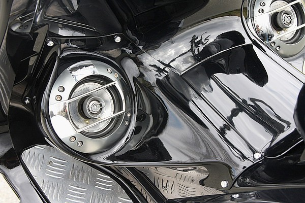 この車両に取り付けられたビビットパワーのスピーカーボードは、TMAX用としては非常に希少なアイテム!! 大口径のスピーカーを美しくラグジーにセットアップできる贅沢な仕様 で、かつ見た目もスマートだ。