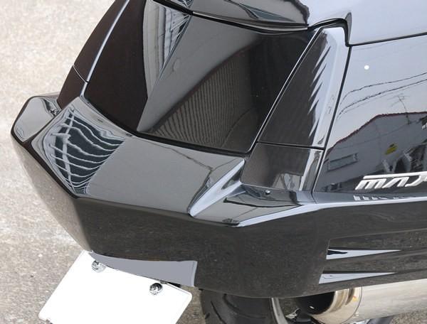 ジャムマスターモータービルドのリアバンパーをそのままポン付けするのではなく、ここもひと手間を加えて、側面にオリジナルのダクトを追加した。細かい部分こそ差が付く部分。またリアウインカー移設も行う。