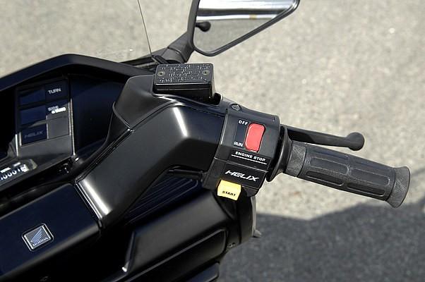 スイッチBOXも当然へリックス用に。また装着している北米純正のハンドルカバーは、そのままだと高さがありすぎ不格好。ということでハンドルともに6cmチョップして低くセット。どのパートも手抜きはない。