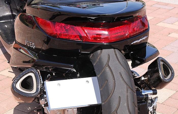 タイヤがカウルにめり込む車高&ロンホイのセットアップが最高にカッコ良いリアまわり。ラグジー感のアイキャッチにもなっているフルレッド仕上げのテールランプは、こう見えてノーマル改のアイデア技!