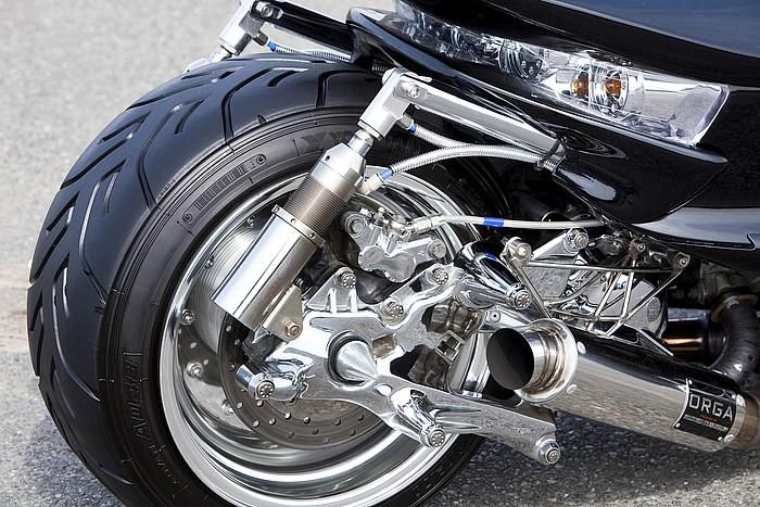 純正エンジンに純正のスイングアームをオフセットさせて四輪ホイールをインサート。これは同店の十八番メイクで、それら全てのパーツのクローム加工も見所。コンパクトなマフラーはもちろんワンオフとなる。