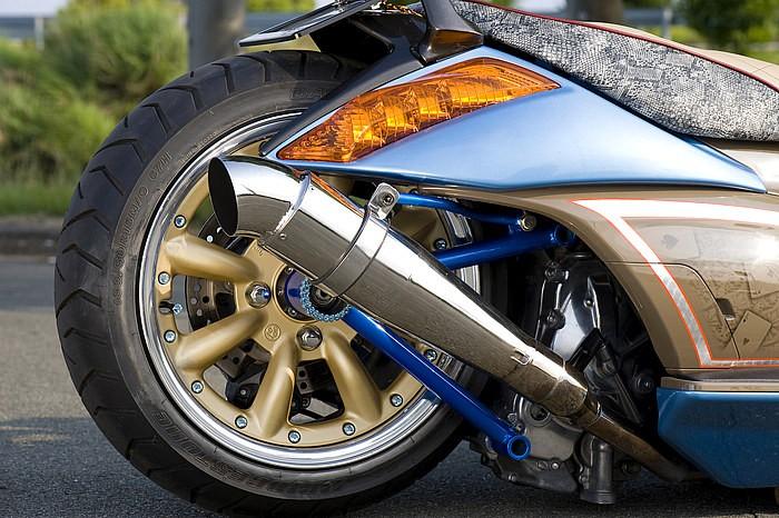 ホイールはワタナベ製四輪ホイール、タイヤは160/60-15の二輪用を組み合わせたファットなフットワークは、ジェンマ乗りならずとも異様に感じるほどのインパクト!ワンオフで配置したマフラーも最高にクールだ。