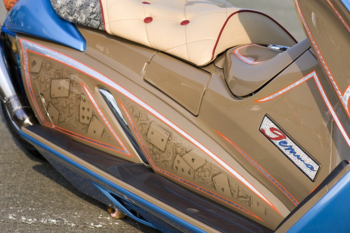 日本離れしたアメリカンテイスト&ラグジーさが光るこだわりのインナーカウル。ジェンマの車名プレートもスワロフスキーのデコレーションを追加するなど、さりげない遊び心をプラスした大胆なメイクが光る。