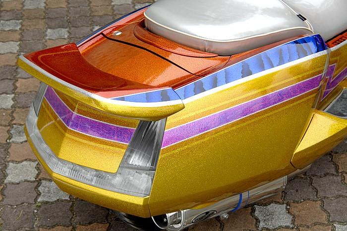 リアウイングはウォーリアーズのバージョン I 。ところで写真のブラック&ブルーのペイントは、新手法のクラウト塗装だ。その他にもラップ塗装やカーボン調塗装など、様々なテクニックが用いられている。