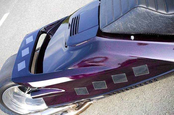 新たにFRP造形したリアスポイラー、リアウインカー部分の加工と合わせて、ボディ表面には多数の液晶モニターをドロップ。アクリル板を使いつつ、ボディ面との段差がない美しいモニターレイアウトにも注目だ。