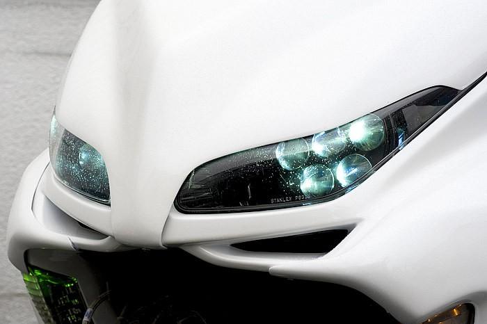 ライトを点灯させると青白く光るHID&ガトリングライト(通称)が! ガトリングライトといえば見た目優先のカスタムに思われるが、配光性にも特化していて、もちろん夜間走行時でのアピール度はバツグン。