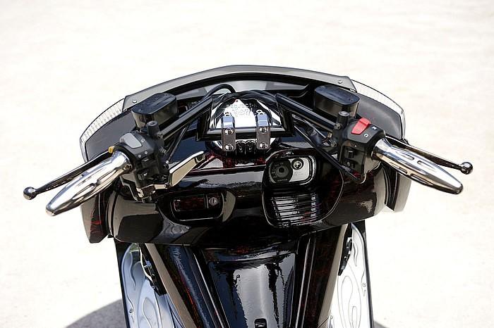 先に発売開始となっていたステンレスバフ仕上げに続き、黒いボディが美しいブラックコート仕上げのBLITZ Zバーブラック。写真のLOWタイプと若干ポジションが高くなるMIDIUMタイプの2種類あり。