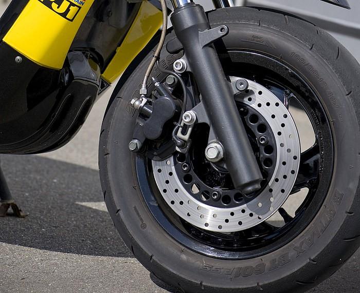 エンジン同様、フロントの足まわりのフォークなども全てマジェ用に変更され、剛性を格段にアップ!! タイヤもBATTLAXとやる気マンマンなハイグリップタイヤをチョイスするなど、タイヤからも本気臭たっぷり。