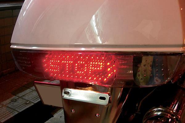 オリジナルで制作された「STOP」の文字が入ったテールライト。