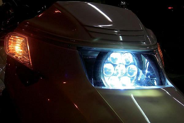 シーマ用ヘッドライトの埋め込みは完全ワンオフ作業で制作。