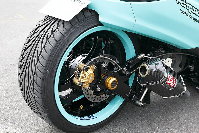 リアはこれまたオリジナルの四輪ホイール装着キットを組み、16インチで8Jサイズのヨコハマ製ホイールをセット。エンジンはノーマルだ。こちらのキット装着に伴い、ロングホイールベース加工は26.5cmとなっている。