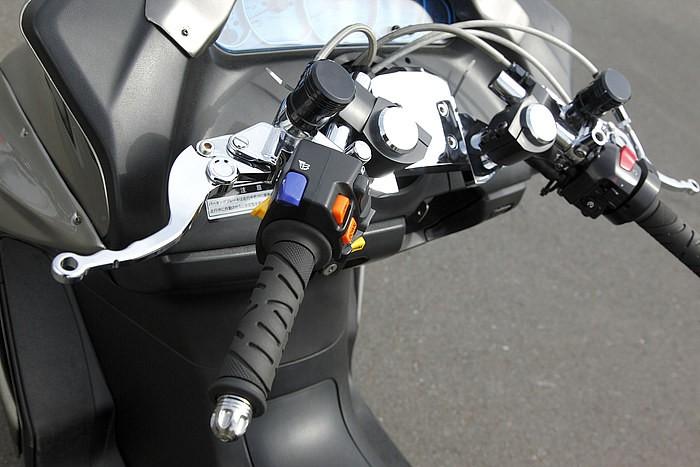 スクーター用の元祖セパハンをはじめ、オリジナルブレーキレバーなどのパーツ満載。ハンドルまわりもさすがの一言だ。さりげなく左のスイッチBOXはスカブ用に変更して、エアサスのスイッチとして機能させている。