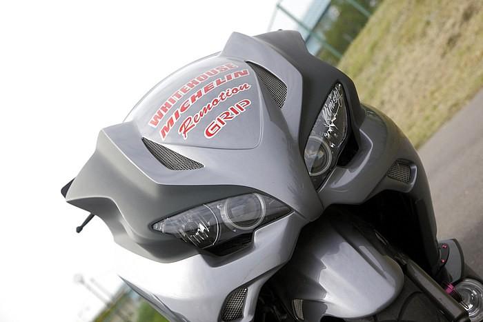 ヘッドライトはYZF-R1を移植。それでいて全く違和感の無いフィニッシュで、もとのサイズが違うものをインストールしているからなおさらなのだ! 仕上がりの美しさは、ほぼメーカー出荷状態並み!?