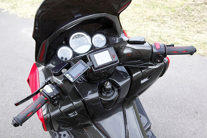 ハンドルまわりもハンドルカバー仕様のままフルカーボン! ハンドル中央にあるのはワイドバンドコマンダーのディスプレイを配置したり、いかに走り系にこだわっているかは、ここを見るだけでもわかる。