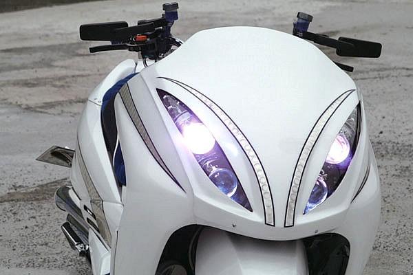 ヘッドライトに沿ったシルバーラインでメイクアップ。ヘッドライトはHIDをセレクト。