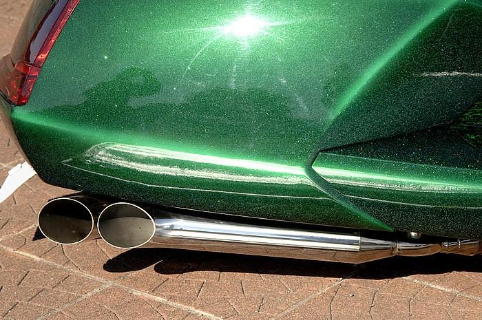 リアサスリジッド化によるエンジンユニット固定ではなく、可動式のまま、車体フレーム側にサイレンサーは固定。これによりカウルツラツラのスタイルを再現!! 物理的難題も、ものともしないメイクはお見事!