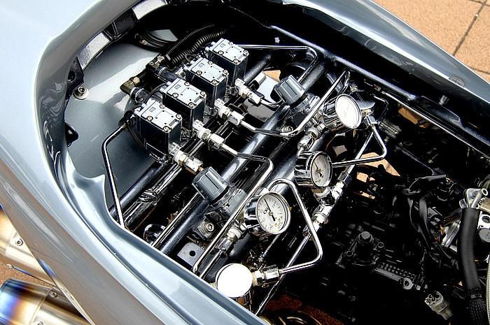"""エアサスメーター、レギュレーター、電磁弁など、シートを開けた内部ですら""""魅せる""""ための技術を惜しげもなく投入。Trukin'などに見られる配管の美しさだけでなく、いつものエアサスタンクが無いだけで新鮮!"""
