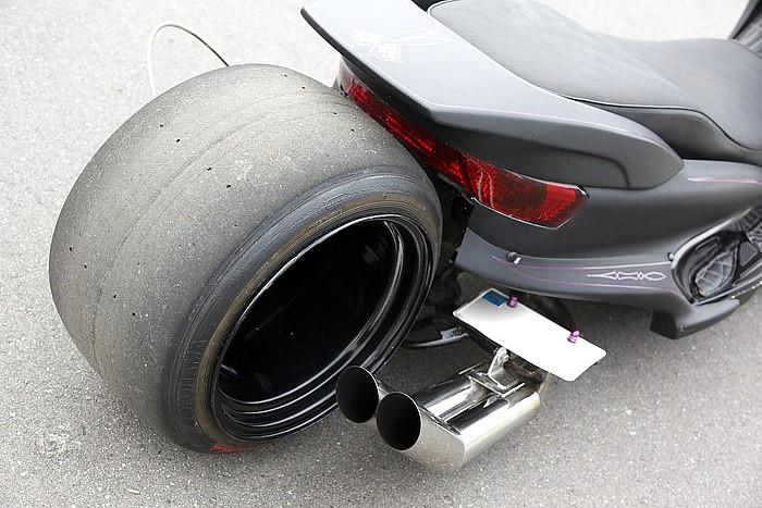 スリックタイヤに12.5Jホイールは、RAGE(2010年度)でオーディエンスのド肝を抜いたカスタムテクニックのひとつ。ホイール=アルミ製ではなく、あえてスチール製に着目した見極めも特筆したい部分。