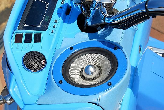 フロントだけでウン十万という費用を投資したアメリカンブランドMTX社の高級ツィーター&スピーカーをワンオフインストール。低音から特に高音域はとてつもない迫力で、このサウンドは一聴の価値あり!