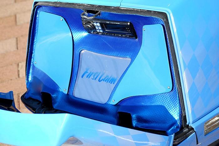 トランクには、ショーカーもビックリのAV空間が。ワンオフのFRPパネル(表面にはカーボンレザー)に5mm程度の隙間(サブウーファーの音逃がしと間接照明を照らすため)を作るなど、こだわりは数知れず。