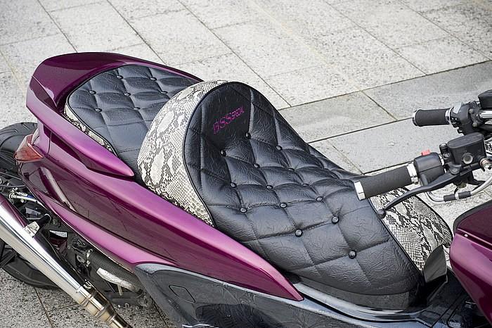 オーナー意向のスネークレザーに加え、高級感を醸し出すシワのあるレザー表皮がナイスマッチング。ビーエスエスのロゴも入る。シート単体の主張は強いが、色も含めて主張しまくりの車体側との相性は良好。