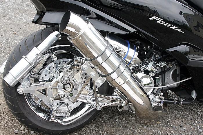 ブレンボのキャリパー、ローター、各部ボルト類、エンジンまわり、スイングアームと挙げればきりがないほど、フルクロームが美しいフットワーク部分。こだわるならとことん! そんな言葉がピッタリの生粋ラグジー!