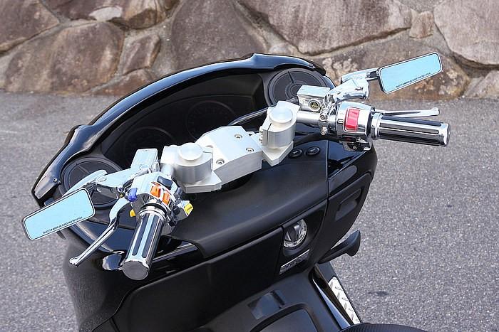 重厚感ある見た目、さらに自在にポジション変更できるハンドルはセパハンだけの特権。細かくライディングポジションを合わせたい人にもオススメ。スクーター用の元祖ZOOM製は今なお人気のセパハンだ。