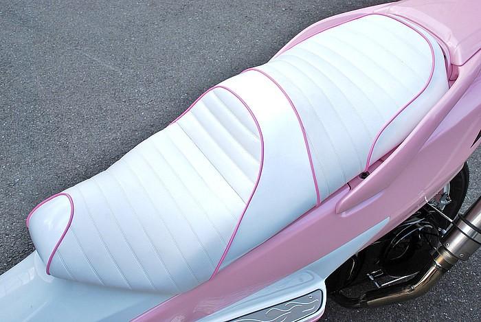 外装のカラーリングにリンクさせて、ホワイトレザー&ホワイトエナメルの表皮にピンクのパイピングをプラス。ピンクに限らず、シートはなんらかの形でボディ同色が入ると完成度がグッと高まる例としても注目だ。